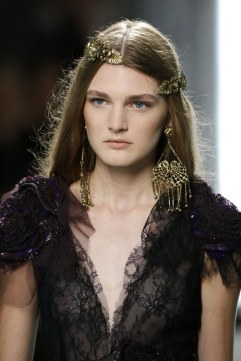 slideshow-spring-accessories-07-spring-2016-bags-accessory-jewelry-trends-tiara-headband-hair-clip-rodarte-main